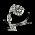 Flower diamond-Anello con brillante e 3 diamanti navette