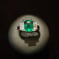 Paola-anello oro bianco con smeraldo colombia e diamanti